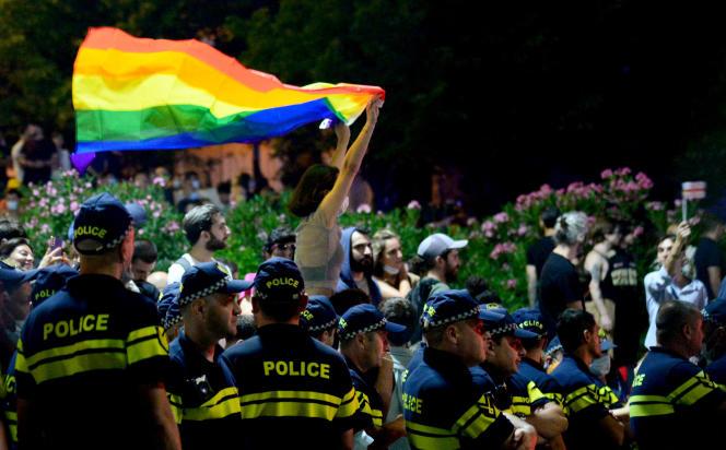 Une manifestante brandit un drapeau arc-en-ciel durant une manifestation en soutien aux personnes blessées lors des violences en marge d'une Marche des fiertés à Tbilissi, en Géorgie, le 6 juillet 2021.