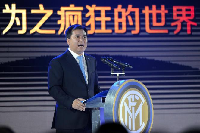 Zhang Jindong, fondateur du groupe, lors d'une conférence de presse au moment du rachat de l'Inter de Milan en juin 2016.
