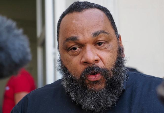 Le 22 juin 2020, Dieudonné s'adresse aux médias devant le palais de justice de Chartres avant l'audience de son procès pour «propos racistes et antisémites».
