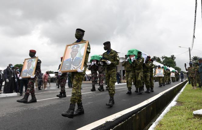 A Abidjan, des militaires ivoiriens portent les cercueils des soldats tués à Kafolo (nord-est) le 10juin 2020.