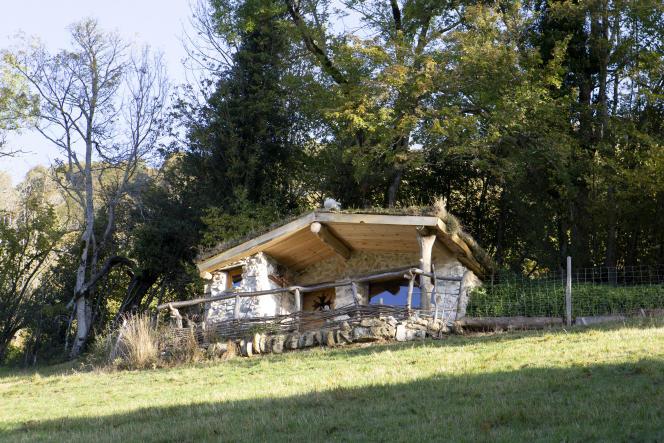 La bergerie Vie d'Estive à 950 mètres au-dessus du vallon de Serris, dans les Hautes-Pyrénées.