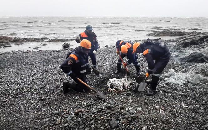 Les secouristes cherchent les corpsdes passagers de l'avion Antonov An-26, qui s'est écrasé dans la région de l'Extrême-Orient, en Russie. Photographie prise par les services du ministère russe des situations d'urgence, le 7 juillet 2021.