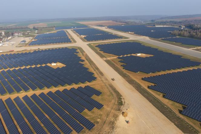 Vue aérienne d'une centrale photovoltaïque à Marville (Meuse), le 20 avril 2021.