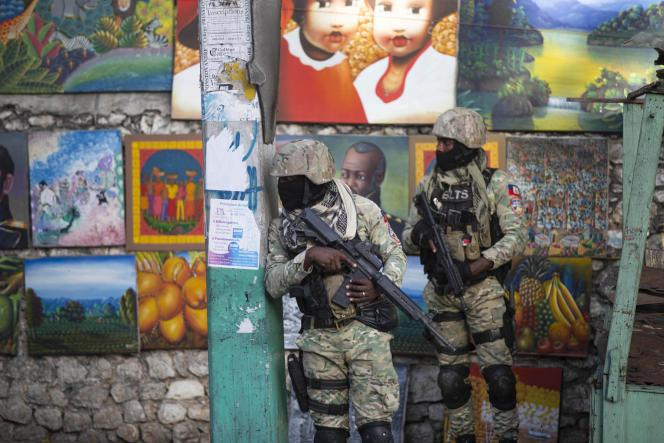 Des soldats dans le quartier où Jovenel Moïse aété assassiné, le 7 juillet 2021, à son domicile, à Port-au-Prince.
