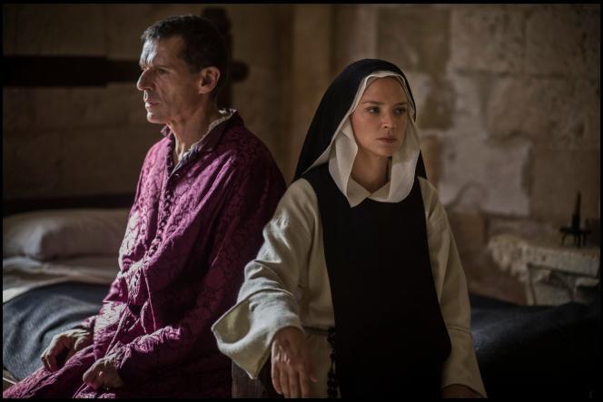 Le nonce (Lambert Wilson) et Benedetta (Virginie Efira) dans «Benedetta», dePaul Verhoeven.