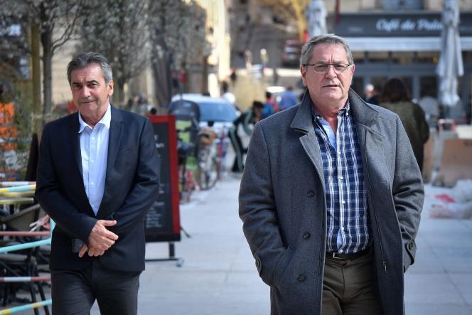 Le 19 mars 2019, Bruno Odos (gauche) et Jean Fauret (droite), respectivement copilote et pilote, arrivent à la cour d'assises d'Aix-en-Provence, dans le sud de la France, lors du procès de l'affaire dite « Air cocaïne».