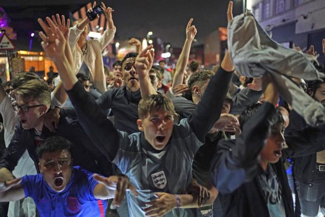 Des supporteurs célèbrent la qualification de l'Angleterre dans les rues de Birmingham, mercredi 7 juillet 2021.