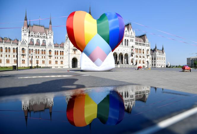 Globo con forma de corazón de arco iris colocado frente al Parlamento húngaro en Budapest como parte de una operación montada por miembros de Amnistía Internacional y la ONG Hatter, activista por los derechos de las personas LGBT, el 8 de julio de 2021.