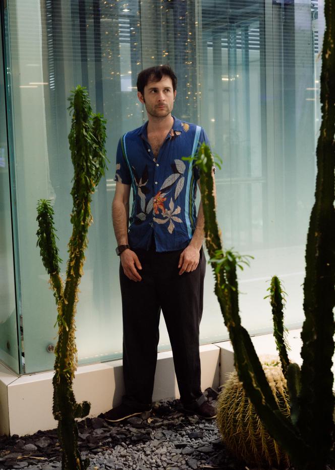 Le réalisateur Arthur Harari, le 7 juillet 2021, dans la galerie de l'hôtel Barrière-Le Gray d'Albion, à Cannes.