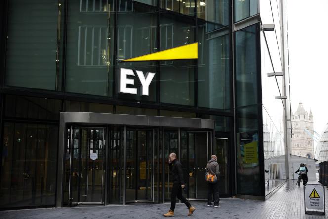 Des piétons passent devant les bureaux du cabinet de comptabilité et d'audit EY, anciennement Ernst & Young, à Londres, le 20 novembre 2020.