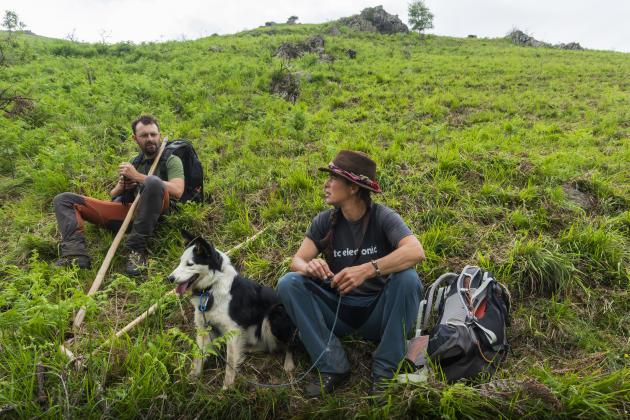 Marion Poinssot et Maxim Cain font une pause pendant que les brebis mangent sur la crête, vers le col de Gamel, en Ariège, le 17 juin 2021.