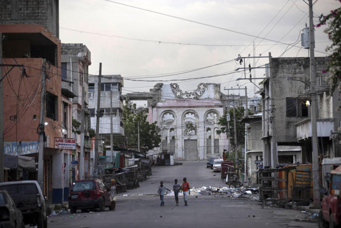 Des enfants marchent dans une rue de Port-au-Prince, vidée après l'assassinat de Jovenel Moïse, le 7 juillet. Au fond, une cathédrale détruite par le tremblement de terre de 2010.