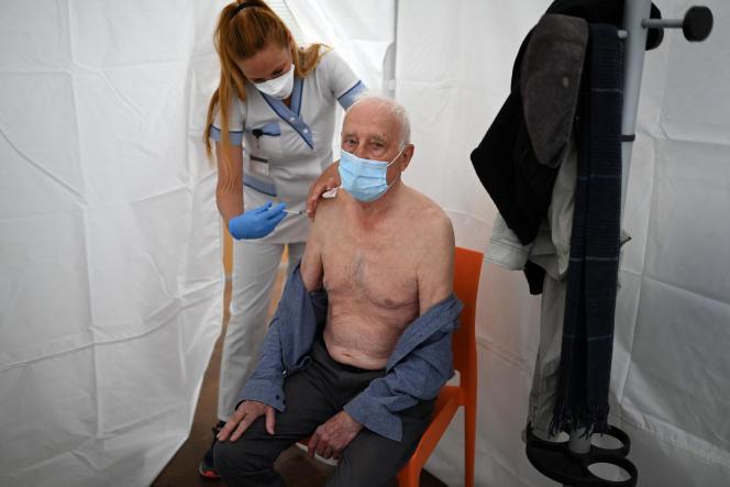 Vaccination d'un homme âgé à Marseille, le 6 avril 2021.