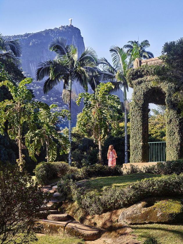 La butte de l'Empereur, point culminant du jardin botanique de Rio. Au fond, le Christ rédempteur.