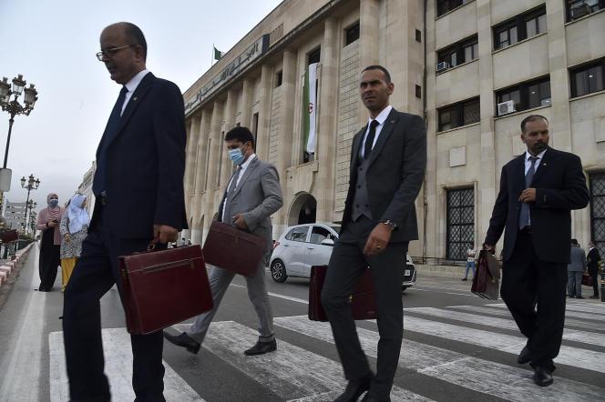 Des parlementaires algériens sortent de l'Assemblée populaire nationale, à Alger, le 8juillet 2021, jour de l'entrée en fonction de lanouvelle chambre issue des élections du 12juin.