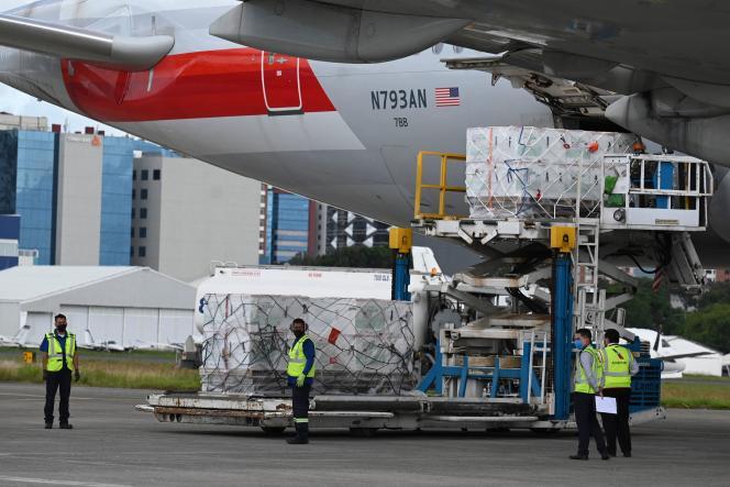 A Guatemala City, des employés de l'aéroport déchargent un lot de 1,5 million de doses de vaccins Moderna donnés par les Etats-Unis, le 8 juillet 2021.