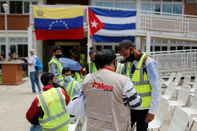 Des personnes font la queue pour recevoir une dose du vaccin cubain Abdala dans un centre de vaccination à Caracas, au Venezuela, le 1er juillet 2021.