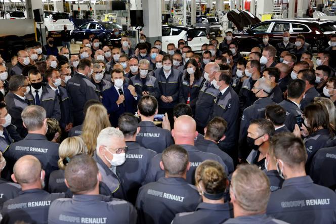 Emmanuel Macron, lors d'une visite à l'usine Renault de Douai (Nord), le 28 juin.
