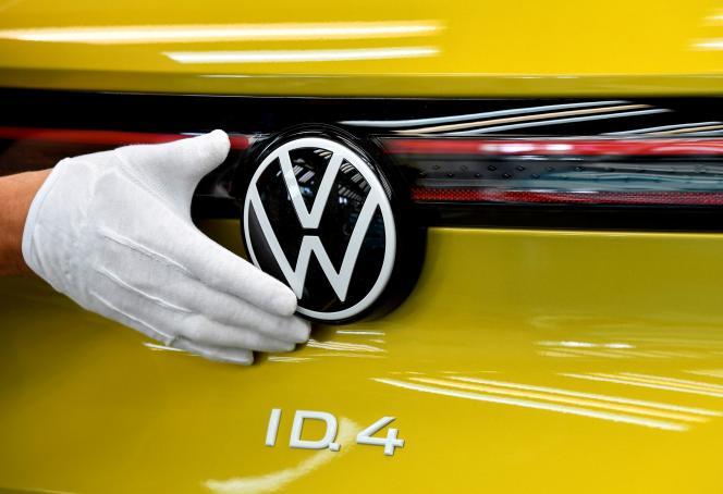 Inspection sur la chaîne de productiondu modèle électrique ID.4 de Volkswagen , le 18 septembre 2020, en Allemagne.