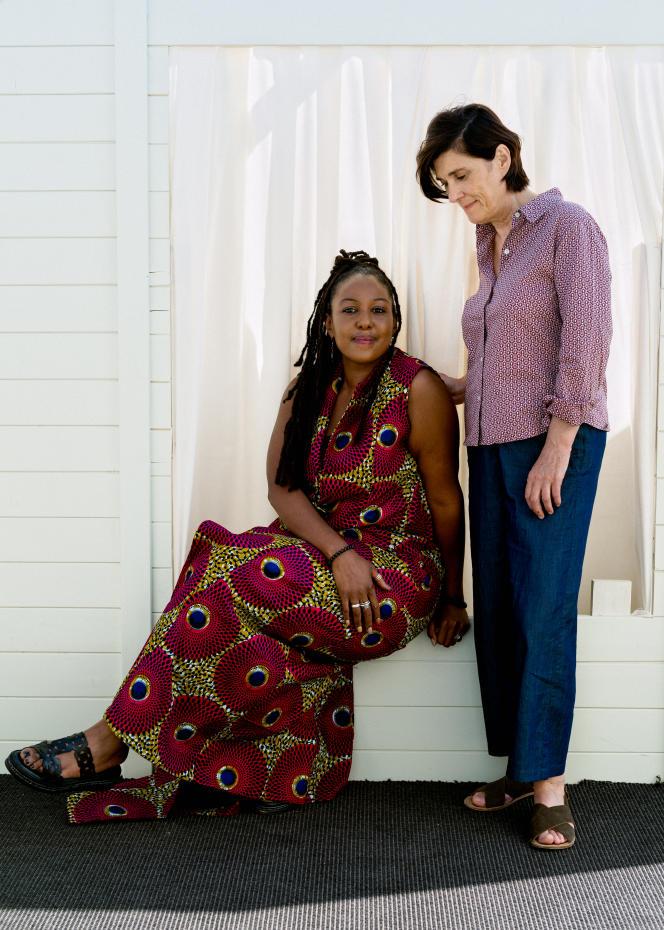 L'aide-soignante et actrice Aïssatou Diallo Sagna avec la réalisatrice Catherine Corsini, le 9 juillet 2021, sur la terrasse Albane de l'hôtel JW Marriott à Cannes.
