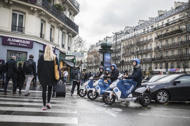 Des utilisateurs de scooters électriques Cityscoot à Paris, le 9 décembre 2019.