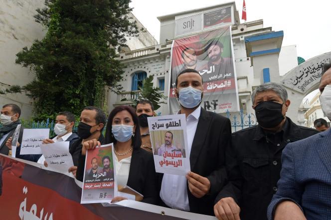 Rassemblement de syndicats de journalistes en soutien à Omar Radi et Soulaimane Raissouni, à Tunis, le 22 juin 2021.