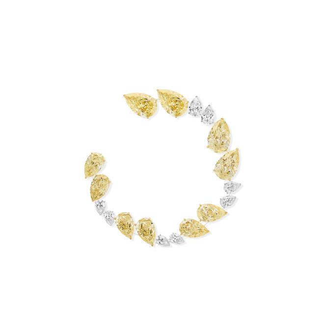 Créole Magnetic Attraction, en or blanc, diamants blancs et diamants jaunes, Messika.