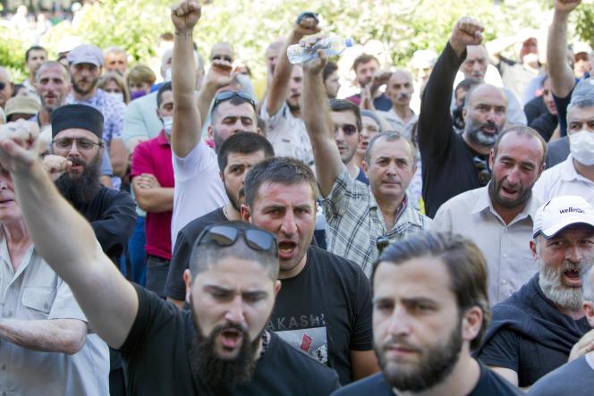 Les opposants à la Marche des fiertés bloquent l'avenue principale de la capitale pour contrer la marche LGBT à Tbilissi, en Géorgie, lundi 5 juillet 2021.