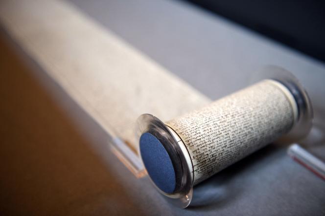 Enfermé à la Bastille, en 1785, Sade recopie au propre son roman, sous la forme d'un rouleau long de plus de douze mètres.