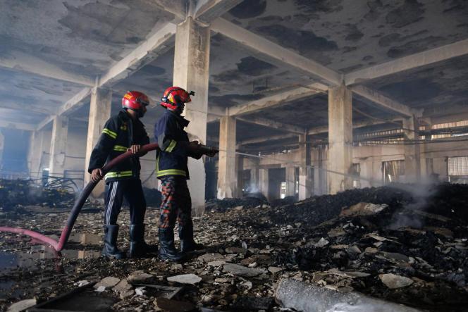 Les pompiers finissent de maîtriser l'incendie à l'intérieur de l'usine, qui a coûté la vie à 52 personnes le 9 juillet 2021.
