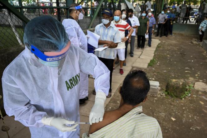 Un soignant de l'armée administre une dose du vaccin Pfizer-BioNTech, mercredi 7juillet 2021 à Colombo (Sri Lanka).