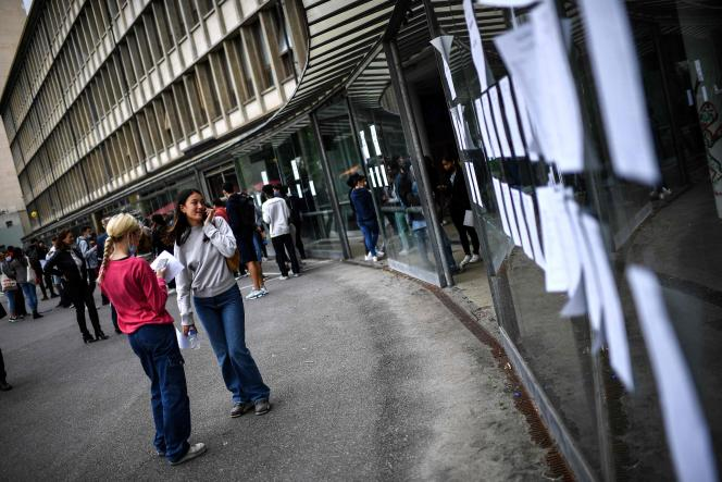 Affichage des résultats de l'examen du baccalauréat au lycée Rodin à Paris, le 6 juillet 2021.