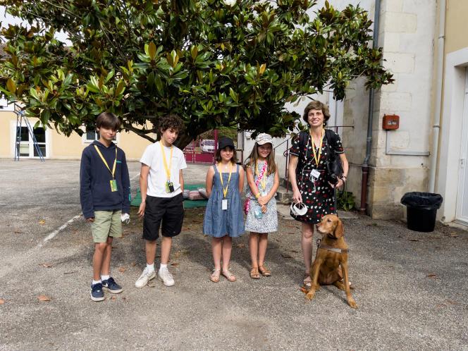 Sophie Massieu, journaliste non voyante et autrice, avec des enfants de la«p'tite rédac'».