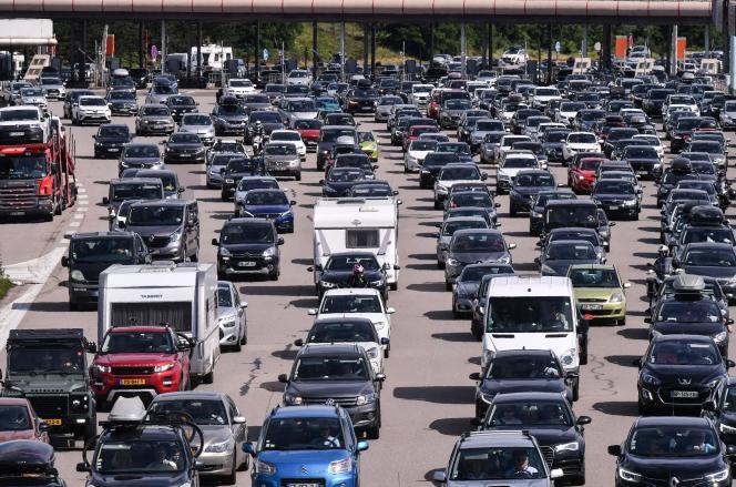 Des embouteillages au niveau d'un péage sur l'A7, entre Lyon et Vienne, le samedi 10 juillet 2021.