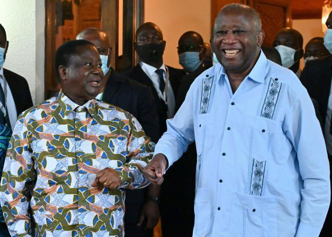 Les anciens présidents ivoiriens Henri Konan Bédié (à gauche) accueille Laurent Gbagbo à sa résidence dans la ville de Daoukro, en Côte d'Ivoire, le 10juillet 2021.