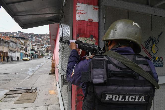 Policjant w dzielnicy Cota 905 w Caracas, Wenezuela, 9 lipca 2021 r.
