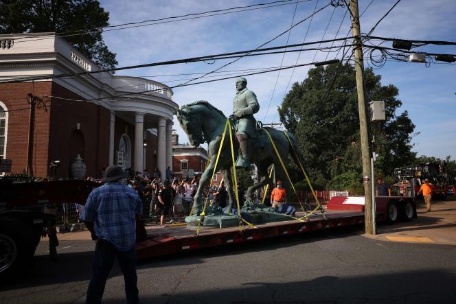 La statue du général Lee a été emmenée sur un camion sous des hourras et applaudissements, samedi 10 juillet 2021, à Charlottesville.