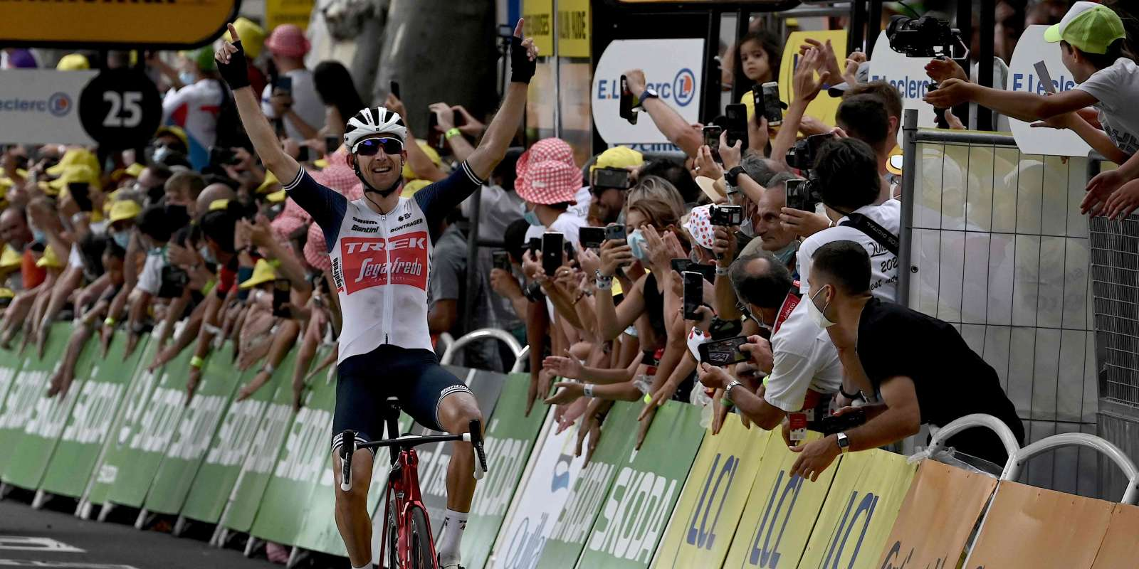 Team Trek Segafredo's Bauke Mollema of Netherlands celebrates as he crosses the finish of the 14th stage of the 108th edition of the Tour de France cycling race, 183 km between Carcassonne and Quillan, on July 10, 2021. / AFP / Philippe LOPEZ