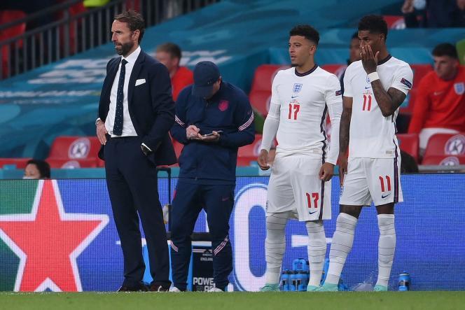 Le sélectionneur anglais Gareth Southgate (à gauche) à côté de ses joueurs Jadon Sancho et Marcus Rashford pendant la finale de l'Euro, le 11 juillet 2021 au stade de Wembley, à Londres.