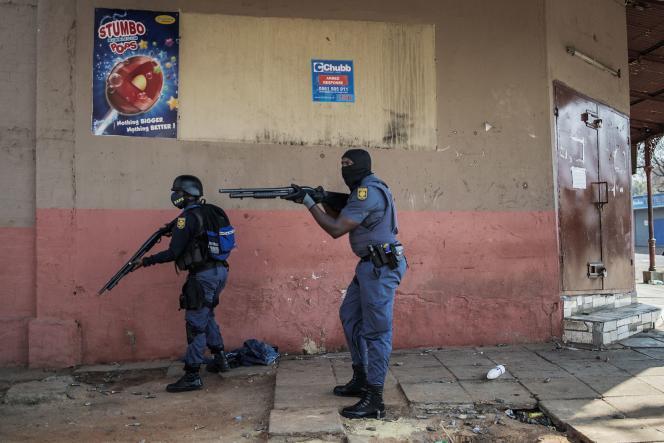 Dans le quartier de Jeppe,A Jeppe, la police dit avoir dispersé une foule de 300 personnes qui avaient érigé des barricades sur un axe routier majeur, avant de piller des commerces.