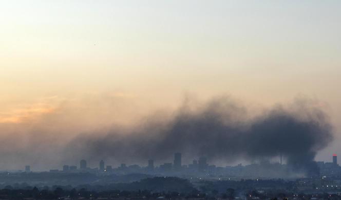 Un nuage de fumée au dessus de Johannesburg, après des manifestations, dimanche 11 juillet 2021.