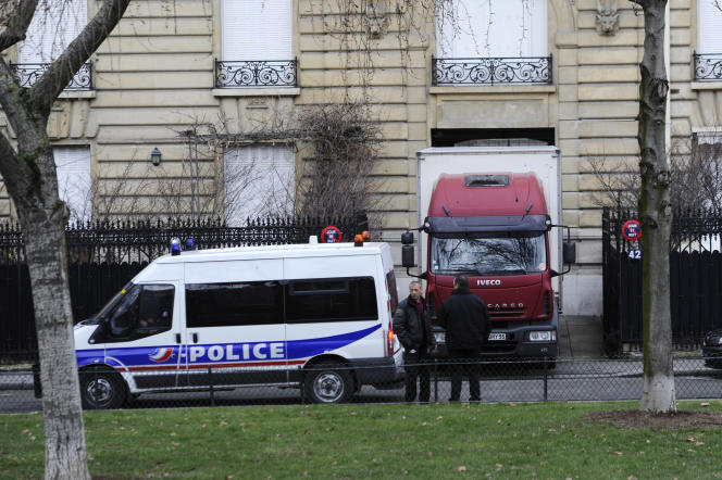 Lors d'une perquisition de l'immeuble appartenant àTeodorin Obiang, vice-président de la Guinée équatoriale, sur l'avenue Foch, à Paris, en 2012.