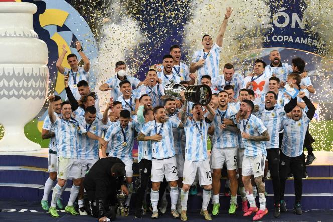 Lionel Messi a enfin soulevé un trophée avec le maillot de l'Argentine après la victoire contre le Brésil (1-0) en finale de la Copa America, à Rio de Janeiro, le 10 juillet 2021.