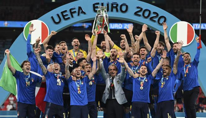 Les joueurs italiens soulèvent le trophée après avoir remporté la finale de l'Euro contre l'Angleterre, à Londres, le 11 juillet 2021.