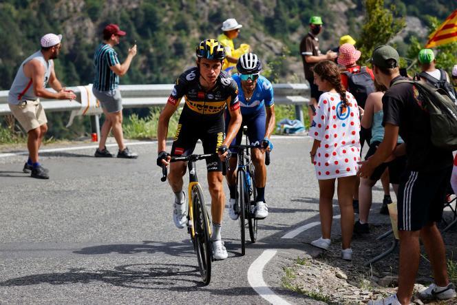 L'americano Seb Cos (Jumbo-Visma) e lo spagnolo Alejandro Valverde (Movistar) sul Passo di Bexales, tra Seret e Andorra la Vella, l'11 luglio.