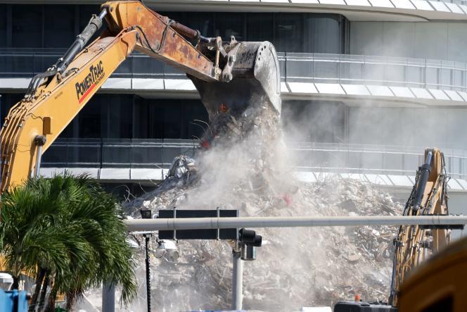 Le déblaiement des gravats continue sur le site de l'immeuble effondré, dimanche 11 juillet 2021 à Surfside.