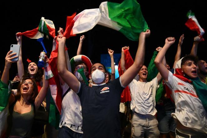 A Rome, le 11 juillet, les bords du Tibre ont été envahis, en quelques minutes, par un cortège infini de marcheurs et de voitures, toutes remplies à ras bord et décorées de drapeaux italiens.