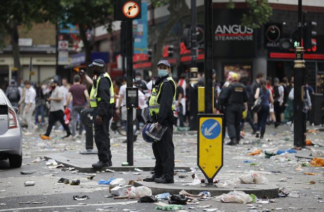 Deux policiers déployés à Leicester Square, dimanche 11 juillet 2021, avant le coup d'envoi de la finale.