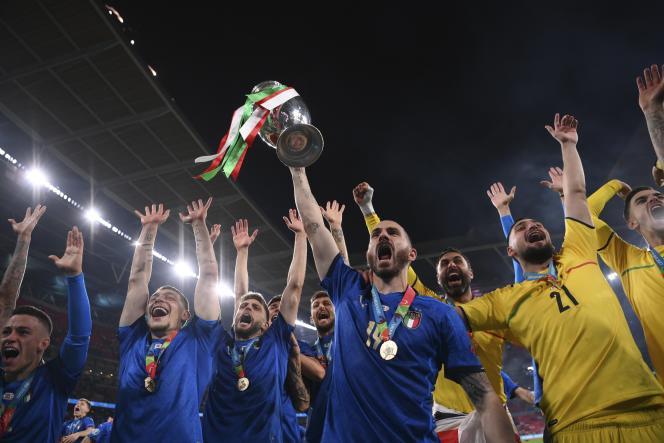 Les joueurs italiens célèbrent leur sacre en finale de l'Euro 2021 de football face à l'Angleterre, au stade Wembley, à Londres, le 11 juillet 2021.
