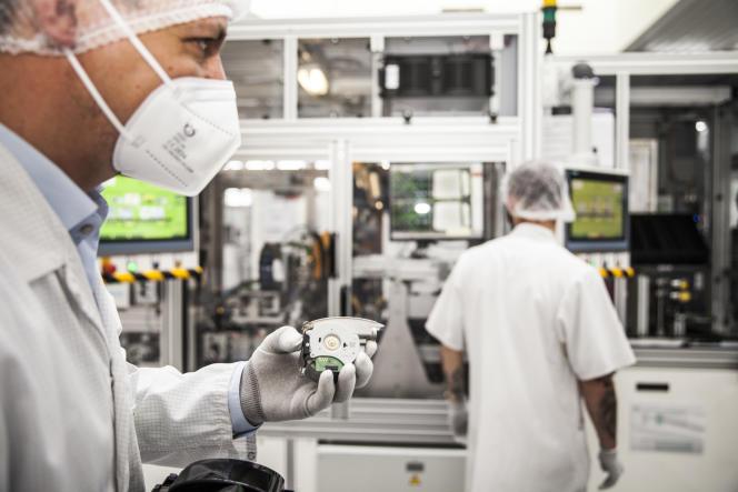 Un technicien travaille sur un Lidar dans l'usine Valeo de Wemding, le 8 juillet 2021.